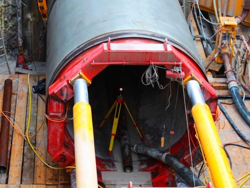 Vermessung: Vortriebskontrolle mittels Totalstation am Tunnelportal